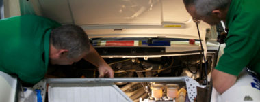 due meccanici mirabella al lavoro su vettura porsche