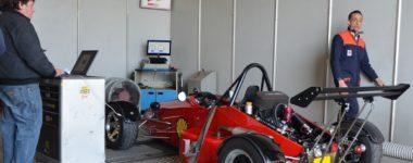 vettura prototipo da pista in preparazione su banco prova potenza