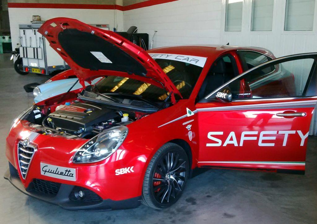 Alfa Romeo Giulietta versione safety car rossa con cofano e portiera aperti