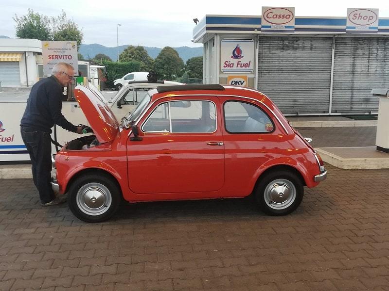Fiat 500 storica rossa dal benzinaio